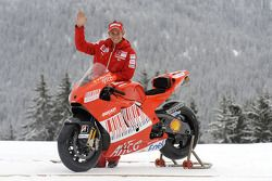 Casey Stoner con la nueva Ducati Desmosedici GP9