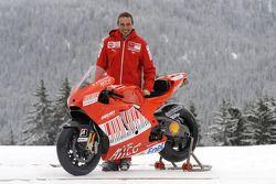Livio Suppo con la nueva Ducati Desmosedici GP9