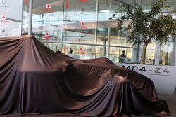 yeni McLaren Mercedes MP4-24 under veil