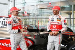 Lewis Hamilton und Heikki Kovalainen mit dem neuen McLaren Mercedes MP4-24