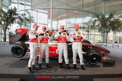 Gary Paffett, Heikki Kovalainen, Lewis Hamilton und Pedro de la Rosa mit dem neuen McLaren Mercedes