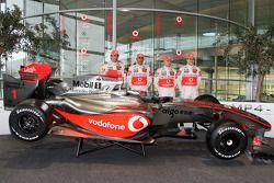 Pedro de la Rosa, Lewis Hamilton, Heikki Kovalainen ve Gary Paffett ve yeni McLaren Mercedes MP4-24