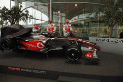 Lewis Hamilton ve Heikki Kovalainen unveil yeni McLaren Mercedes MP4-24