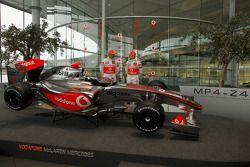Lewis Hamilton ve Heikki Kovalainen ve yeni McLaren Mercedes MP4-24