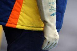 Le gant d'un mécanicien Renault pour protéger du KERS