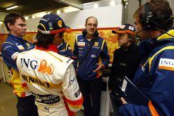 Nelson A. Piquet y Fernando Alonso habla con los miembros del equipo Renault F1