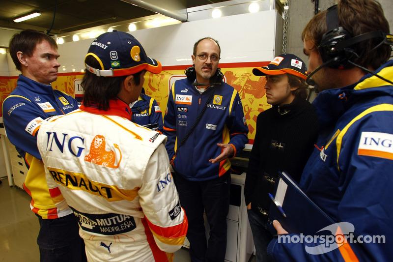 Nelson A. Piquet ve Fernando Alonso talk ve members, RenaultF1 team