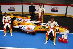Fernando Alonso, Flavio Briatore, Romain Grosjean en Nelson Piquet Jr met de Renault R29 in 2009