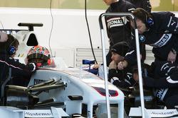 Robert Kubica, BMW Sauber F1 Team after his first installation lap, ve Nick Heidfeld, BMW Sauber F1