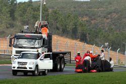 Lewis Hamilton, McLaren Mercedes, s'arrête sur le circuit