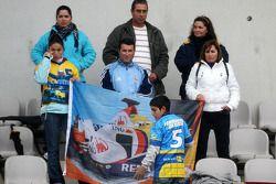 Les fans de Fernando Alonso attendent sur le grandstand