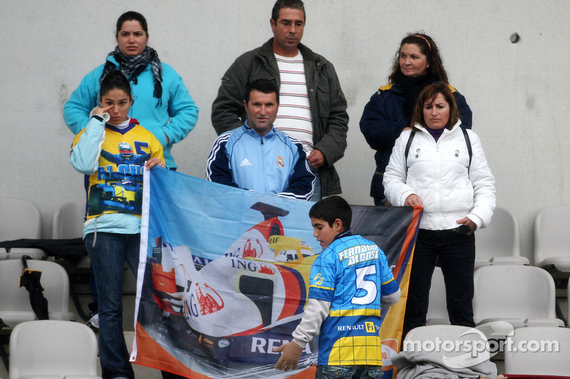 Fernando Alonso, Renault F1 Team, fans wait in the grandstand