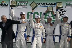 Ligne d'arrivée DP: les vainqueurs David Donohue, Antonio Garcia, Darren Law et Buddy Rice fêtent l