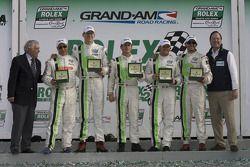 Ligne d'arrivée GT: les vainqueurs Jorg Bergmeister, Andy Lally, Patrick Long, Justin Marks et RJ Va