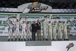 Ligne d'arrivée: les vainqueurs David Donohue, Antonio Garcia, Darren Law et Buddy Rice célèbrent av