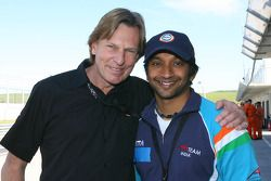 David Sears avec Narain Karthikeyan, pilote A1 Team India
