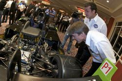 Adrian Fernandez et Michel Jourdain vérifient la Patron Highcroft Racing Acura ARX 02a