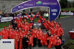 Podium: les vainqueurs Sébastien Loeb et Daniel Elena célèbrent avec les membres de Citroen Total World Rally