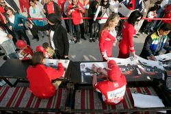 Earl Bamber and Yelmer Buurman sign autographs for race fans