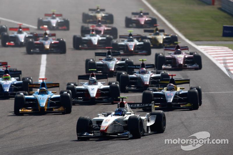 Серхио Перес лидирует на старте гонки