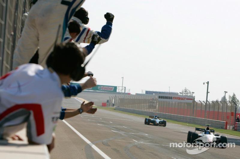 Серхио Перес пересекает финишную черту первым