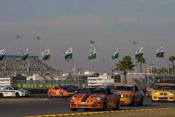 #83 BGB Motorsports Porsche Carrera: Craig Stanton, John Tecce devant un groupe de voitures