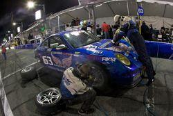 Pit stop pour #63 TRG Porsche GT3: Kurt Kossmann, Bruce Ledoux, David Quinlan, Dan Watkins, Steve Za