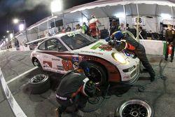 Pit stop pour #88 Farnbacher Loles Racing Porsche GT3: Steve Johnson, Dave Lacey, Robert Nearn, Jame