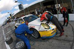 Pit stop pour #89 Farnbacher Loles Racing Porsche GT3: Pierre Kaffer, Giacomo Petrobelli, Gabrio Rosa, Giorgio Rosa, Allan Simonsen