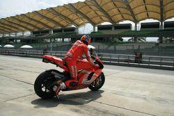 Casey Stoner de l'équipe Ducati Marlboro