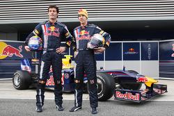 Sebastian Vettel y Mark Webber posan con el nuevo Red Bull RB5