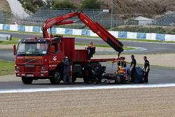 Sebastian Vettel s'arête sur le circuit avec la nouvelle Red Bull RB5