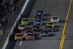 Matt Kenseth, Roush Fenway Racing Ford and Kasey Kahne, Richard Petty Motorsports Dodge battle