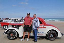 La légende vivante du défilé de la coursesur la plage : David Pearson et un ami