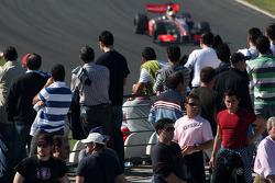 Фанаты наблюдают за Льюисом Хэмилтоном, McLaren Mercedes