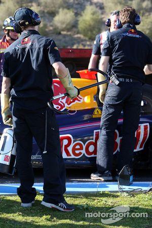 Les mécaniciens Red Bull Racing et Mark Webber