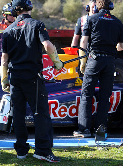 Red Bull Racing Mechanics, dechanrge the KERS from Mark Webber, Red Bull Racing, RB5, before it can