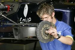 Un mécanicien Super Nova Racing en plein travail
