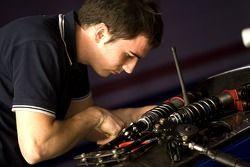 Un mécanicien Piquet en plein travail