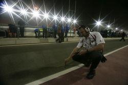 Un ingénieur de Bridgeston Tyre vérifie la température de la piste