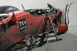 Les débris de l'accident en ligne de départ entre Sakon Yamamoto et Yelmer Buurman