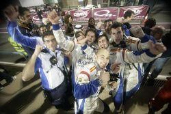 Les mécaniciens de Barwa International Campos Grand Prix célèbrent les 2eme et 3eme place de leur pilote