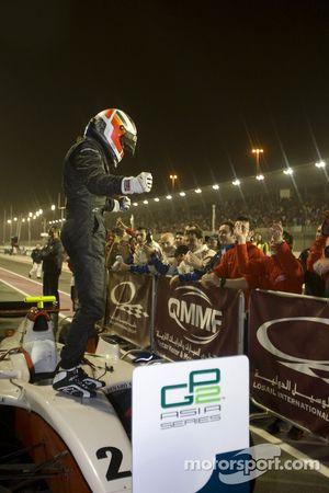 Le vainqueur Nico Hulkenberg célèbre sa victoire