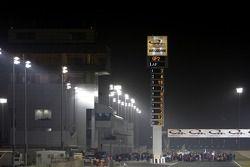 Les voitures se mettent en place pour le départ de la course en face de l'immeuble principal des sta