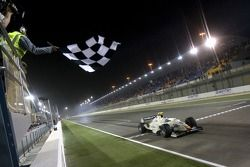 Sergio Perez prend le drapeau à damier pour remporter la course
