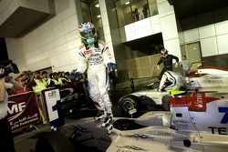 Le vainqueur de la course Sergio Perez célèbre sa victoire