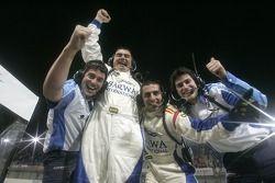 L'équipe Barwa International Campos Grand Prix célèbre la victoire de Sergio Perez