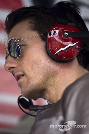 Tom Cruise se tient sur le stand de Jeff Gordon, et profite du Daytona 500