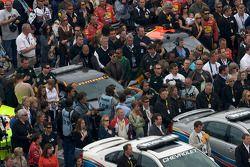 Les médias tournés vers Tom Cruise sur la grille de départ durant l'hymne national