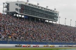 Jeremy Mayfield, Mayfield Motorsports Toyota, et Joey Logano, Joe Gibbs Racing Toyota, mènent un gro